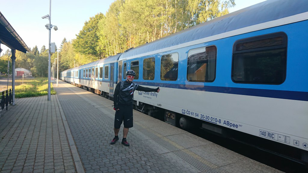 https://www.kempy-chaty.cz/sites/default/files/turistika/cyklista_stopuje_vlak_1024x576.jpg