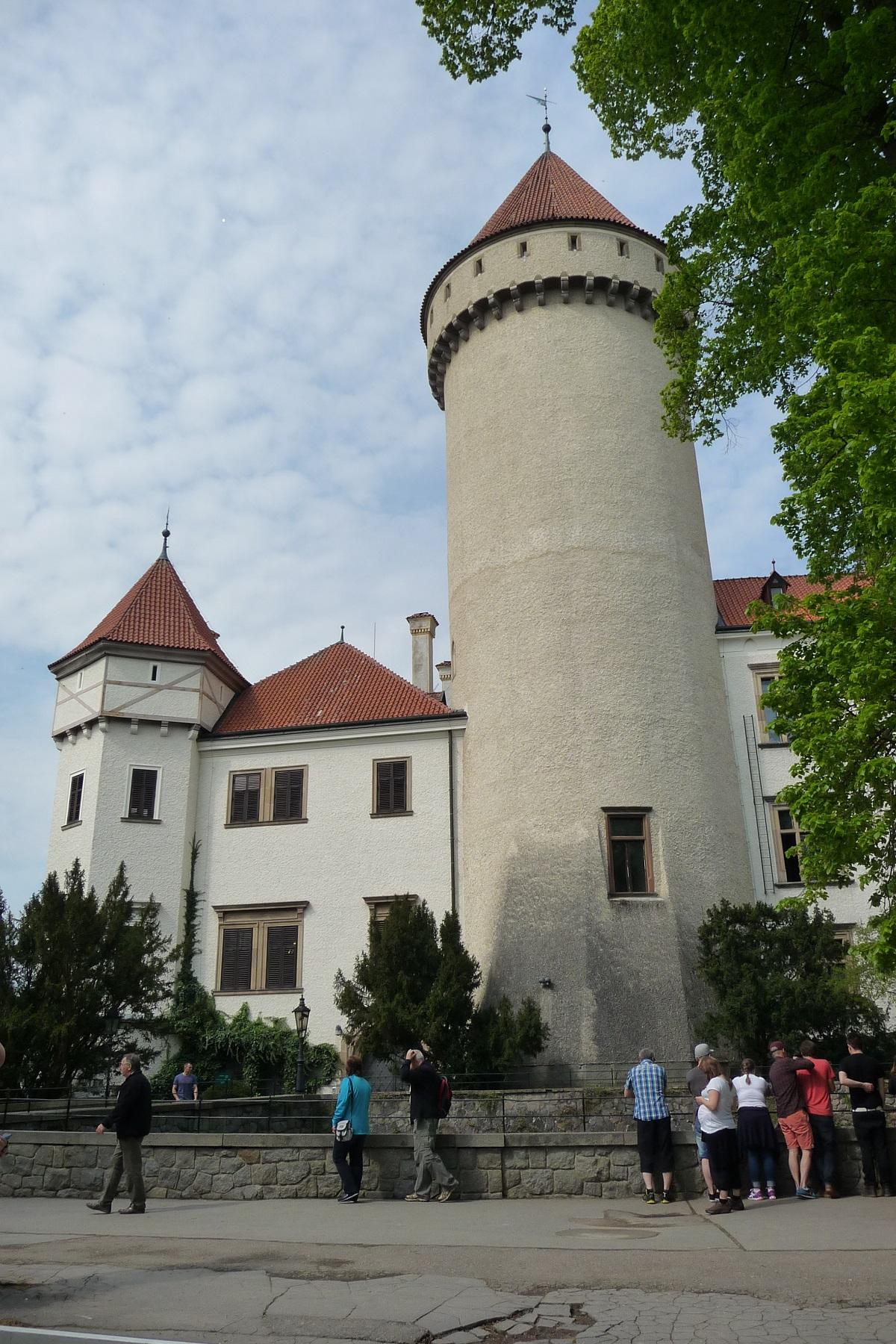 https://www.kempy-chaty.cz/sites/default/files/turistika/zamek_konopiste_celkovy_pohled.jpg