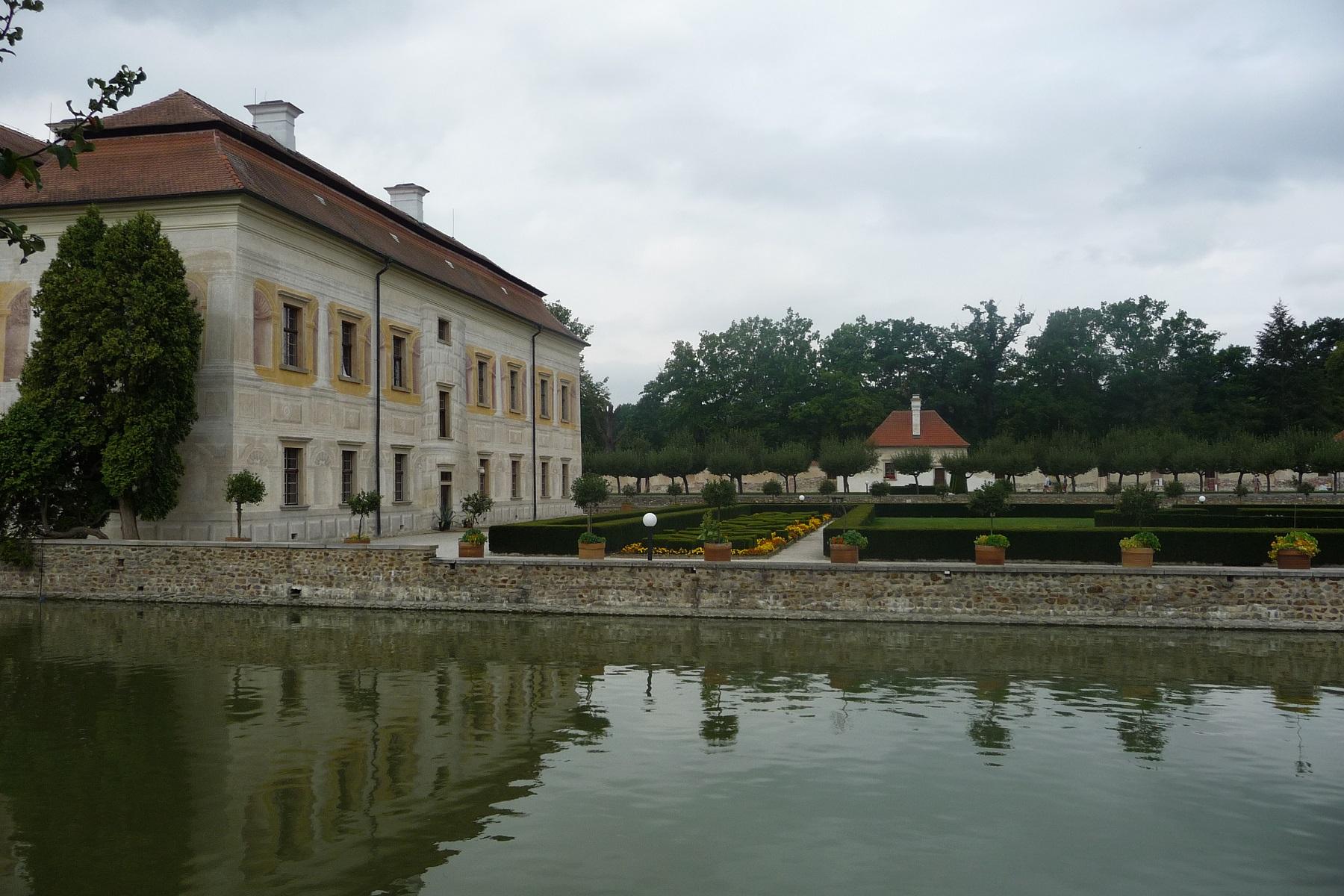 https://www.kempy-chaty.cz/sites/default/files/turistika/zamek_kratochvile_s_vodnim_prikopem.jpg