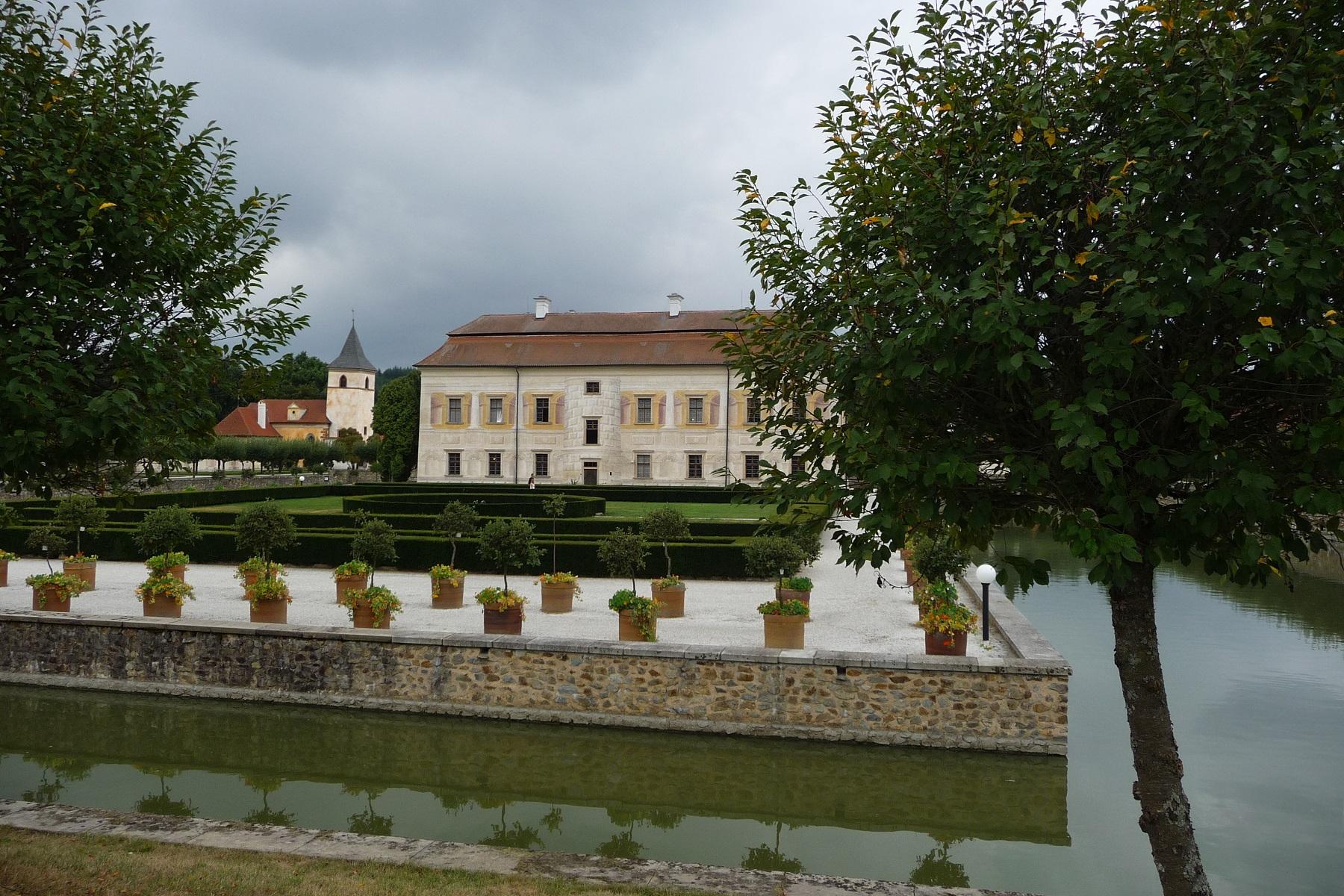 https://www.kempy-chaty.cz/sites/default/files/turistika/zamek_kratochvile_se_zahradou.jpg